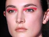 Růžové linky na očích představila také značka Altuzarra v New Yorku. Tento...