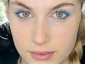 Světlé, zářivé odstíny modré doplnily vzhled modelek na londýnské přehlídce...