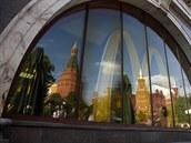 Ve výloze jedné ze zav�ených ruských pobo�ek McDonald�s se zrcadlí Kreml (21....