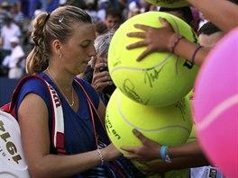 Česká tenistka Petra Kvitová rozdává autogramy po postupu do 3. kola US Open