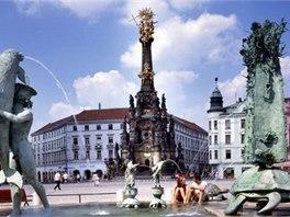 Horní náměstí zdobí kromě barokního sloupu Nejsvětější Trojice také kašny