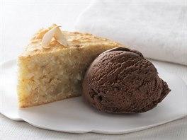 Teplý banánovo-kokosový koláč s čokoládovou zmrzlinou