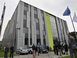 Budova v Ostravě-Porubě, ve které bude umístěn superpočítač, architektonicky připomíná kovou krabici na počítač. Výstavba přišla na zhruba 190 milionů korun.