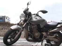 Motorkář na zemi