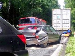 Nehoda dvou osobních a jednoho nákladního vozidla na silnici číslo 35 mezi...