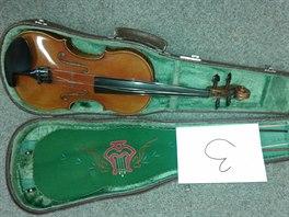 Jedny ze sedmi houslí, které někdo před rokem přinesl do karvinské zastavárny....