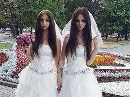 Alina a Alison p�i�ly na radnici ve stejn�ch svatebn�ch �atech.