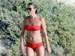 Kate Mossová na dovolené v plavkách