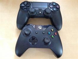 Nahoře ovladač k PlayStation 4, dole ovladač k Xbox One