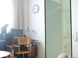 Skleněné dveře by měli oddělit současnou kuchyni od obývacího pokoje.
