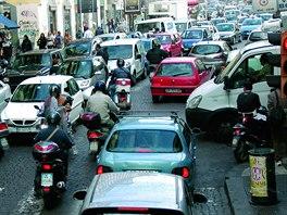 Typická Itálie - mezi kolonami aut se proplétají skútry a pěší. A každou chvíli...