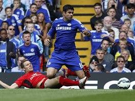 Diego Costa z Chelsea (vpravo) je zastavený Deanem Hammondem z Leicesteru v...