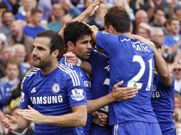 Diego Costa (druh� zleva) slav� sv�j g�l v utk�n� Chelsea vs. Leicester.