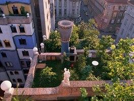 Střešní zahrada na bytovém domě, který navrhl rakouský všestranný umělec a...