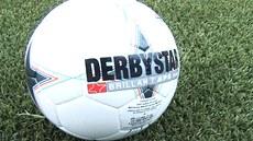 Derby na um�lé tráv�