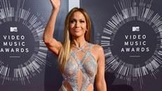 Jennifer Lopezová p�edvedla vypracované t�lo v odhalujících st�íbrných �atech.