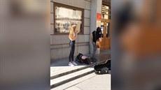 Muzikanti hráli p�ed magistrátem, rozzu�ený ú�edník je polil vodou (28.8.2014)