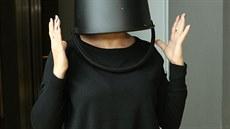 S k�blem na hlav� ji nezn�me: B�l� se popasovala s v�zvou po sv�m