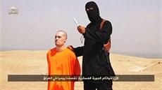 Snímek z videa, které údajn� zachycuje popravu amerického noviná�e Jamese...