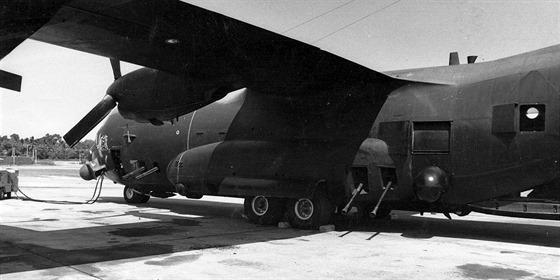 Detail AC-130A po optimalizaci výzbroje. V přední části jsou dva rotační kanony M61 Vulcan ráže 20 mm, v zadní části dva kanony Bofors L/60 ráže 40 mm vyráběné v licenci.