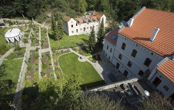 Návštěvníci hradu mají výhled na upravenou zahradu i mlýn, stáje v pozadí na