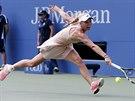 Dánská tenistka Caroline Wozniacká se natahuje po míčku v osmifinále US Open.
