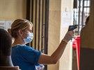 Měření teploty v Sieře Leoně,  země bojuje proti smrtícímu viru eboly (29....