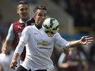 ZPRACOV�N�. Robin van Persie z Manchesteru United p�ed Jackem Shackellem z