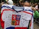 CENNÁ VZPOMÍNKA. Fanoušek s podepsanou replikou naganského dresu.