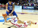 Filipínský Marc Pingris (vlevo) se snaží ubránit Daria Sariče z Chorvatska.