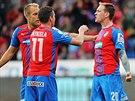 SROVN�NO! Plze�t� fotbalist� oslavuj� g�l Ond�eje Va�ka (vpravo).