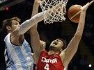 Argentinec Andres Nocioni (vlevo) pod košem blokuje pokus Ante Tomiče z...