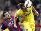 NA MÍČ ZAPOMEŇ. Tomas Pina z Villarrealu (vpravo) hlavičkuje před Pedrem...