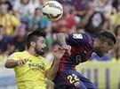VZDUŠNÝ SOUBOJ. Jaume Costa z Villarrealu (vlevo) a Dani Alves z Barcelony.