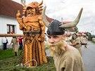 P�íjezd menhiru do Hola�ovic doprovodil impozantní druidský rituál s druidy,...