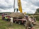 Jeden z nejv�t�ích menhir� v Evrop� se p�í�tí rok stane sou�ástí repliky...