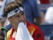 ROZZU�ENÝ BÝK. �pan�lský tenista David Ferer ve 3. kole US Open nem�l optimální...
