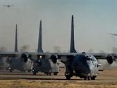 Formace AC-130H, čtyři stroje při pojíždění a dva po startu ve vzduchu.