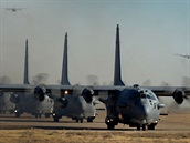 Formace AC-130H, �ty�i stroje p�i poj�d�n� a dva po startu ve vzduchu.