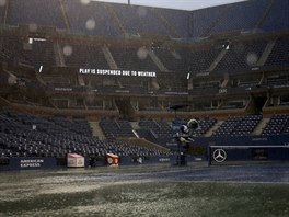 BOUŘKA. V neděli narušil program US Open silný déšť. Takhle vypadá kurt Arthura...