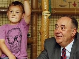 Šéf skotských separatistů Alex Salmond na návštěvě dětského klubu v centru...