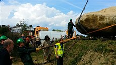 Akce v Hola�ovickém Stonehenge, kde pokládali jeden z nejt잚ích menhir� v