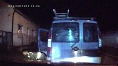 �idi� v kradeném vozidle ují�d�l Smíchovským policist�m