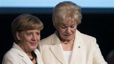 �éfka N�meckého svazu vyhnanc� (BdV) p�edává n�mecké kanclé�ce Angele Merkelové...