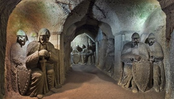 Unikátní pískovcová jeskyně s tematikou blanických rytířů v Hrudce