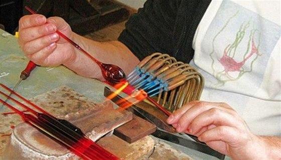 Zpracování skla a výroba šperků i vánočních ozdob je zajímavá zejména pro děti