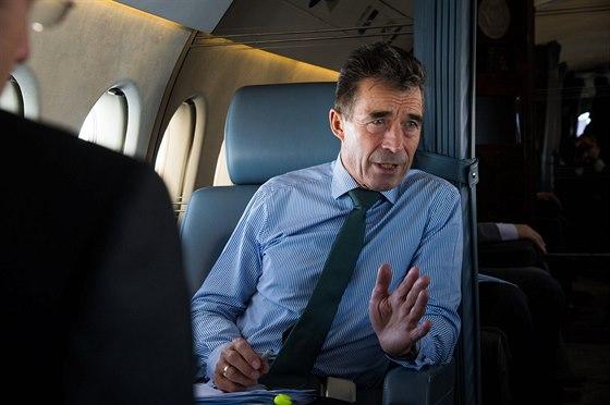 Generální tajemník NATO Anders Fogh Rasmussen v letadle na cestě do Walesu