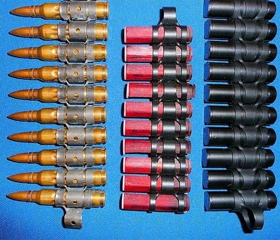 Klasická munice 5,56 × 45 mm a vpravo experimentální beznábojnicová munice