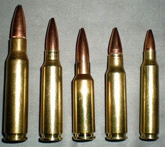 Hlavní typy dnes používané NATO munice pro pěchotní zbraně. Zleva: 7,62 × 51 mm...