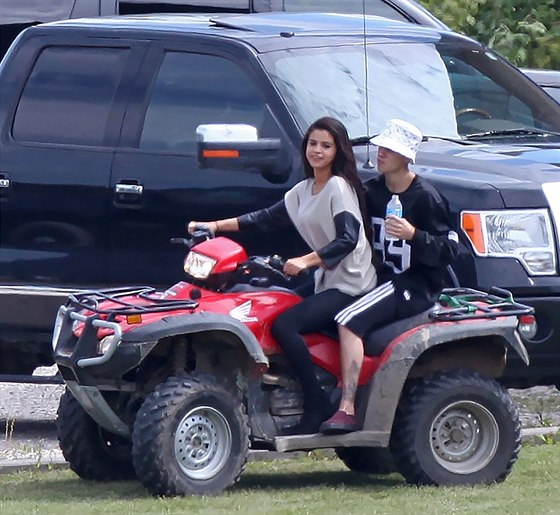 Justin Bieber se svou přítelkyní Selenou Gomezovou na čtyřkolce.